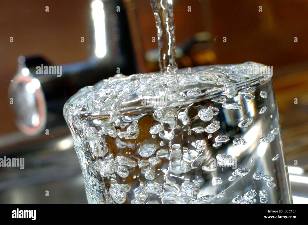 https://c8.alamy.com/comp/B5C1EF/water-flowing-into-a-glass-from-tap-water-tap-flow-fill-bubble-bubbles-B5C1EF.jpg