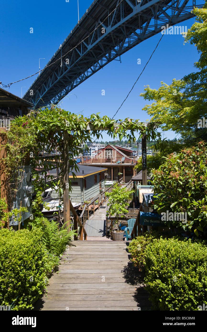 Floating homes on west shore of Lake Union in Seattle, Washington under the Aurora Avenue bridge Stock Photo