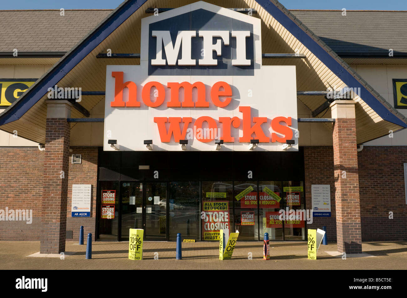 MFI Homeworks furniture store closing down sale - exterior - Stock Image
