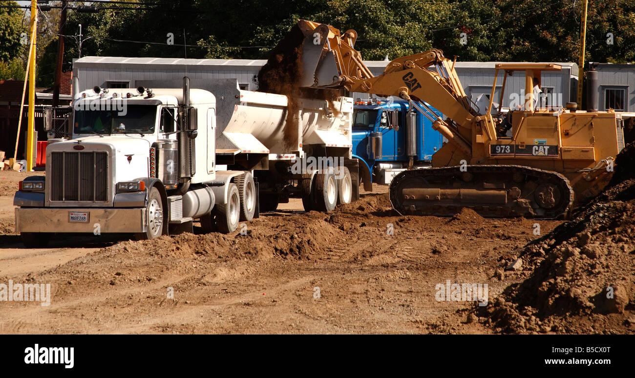 San Jose Dump >> Caterpillar 973 dumping dirt into semi trailer dump truck at Bascom Stock Photo: 20567480 - Alamy