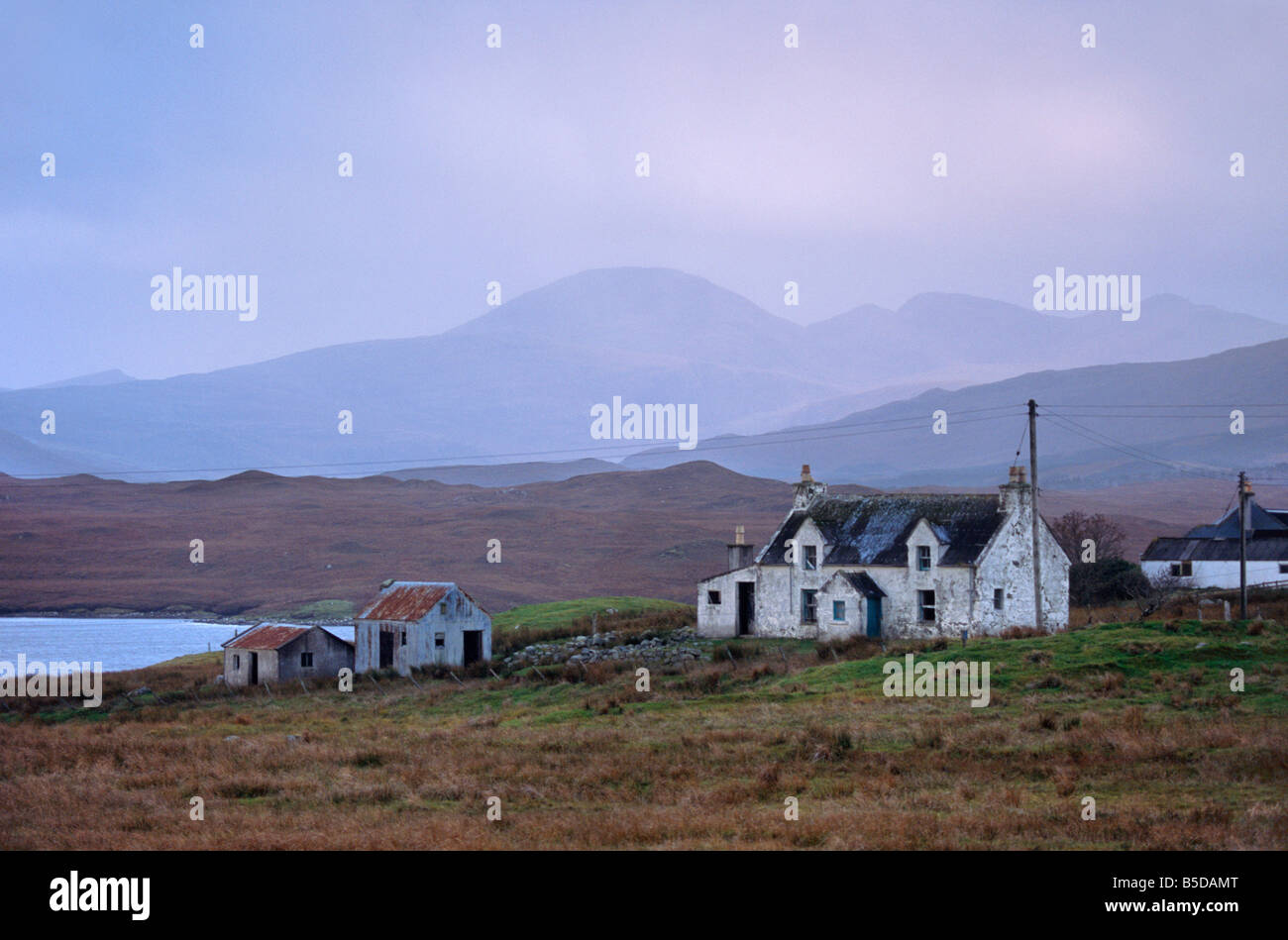House near Achmore (Acha Mor). North Harris hills in the distance, Isle of Lewis, Outer Hebrides, Scotland, Europe - Stock Image