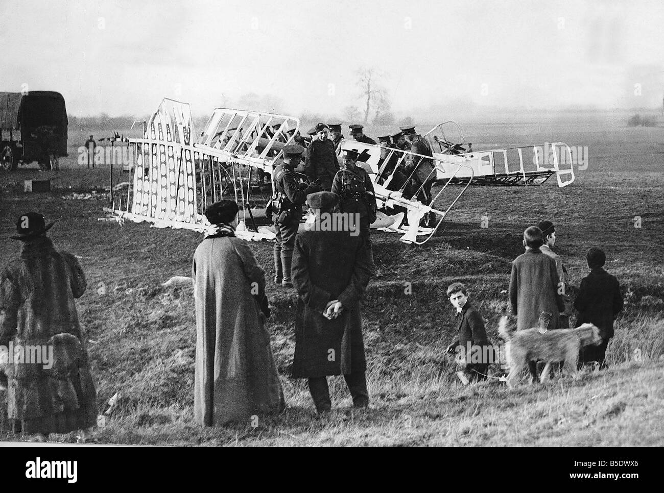Soldiers stand around the wreckage of a German Gotha aircraft in Kent 1917 World War One - Stock Image