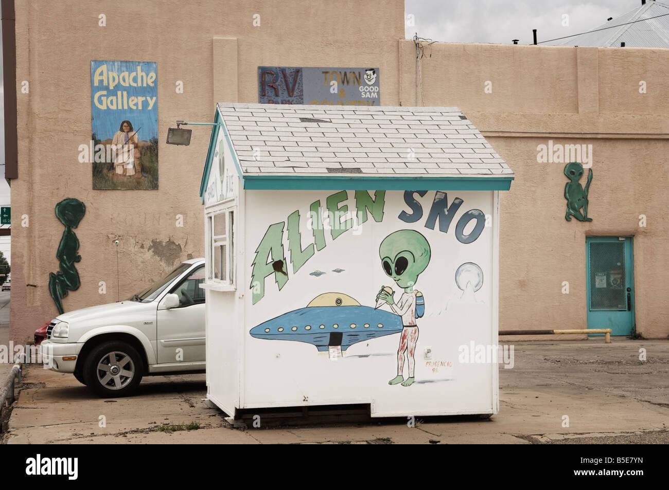 alien sno shaved ice outlet hut car park - Stock Image