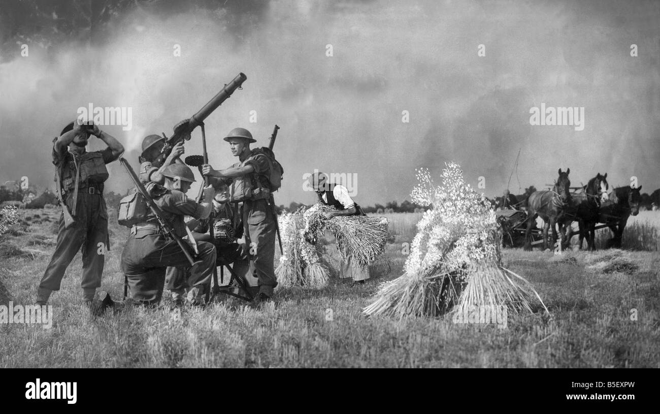 Soldiers with a Lewis Gun defend a farmer and his crops in Kent during the harvest, 5th August 1940. Stock Photo