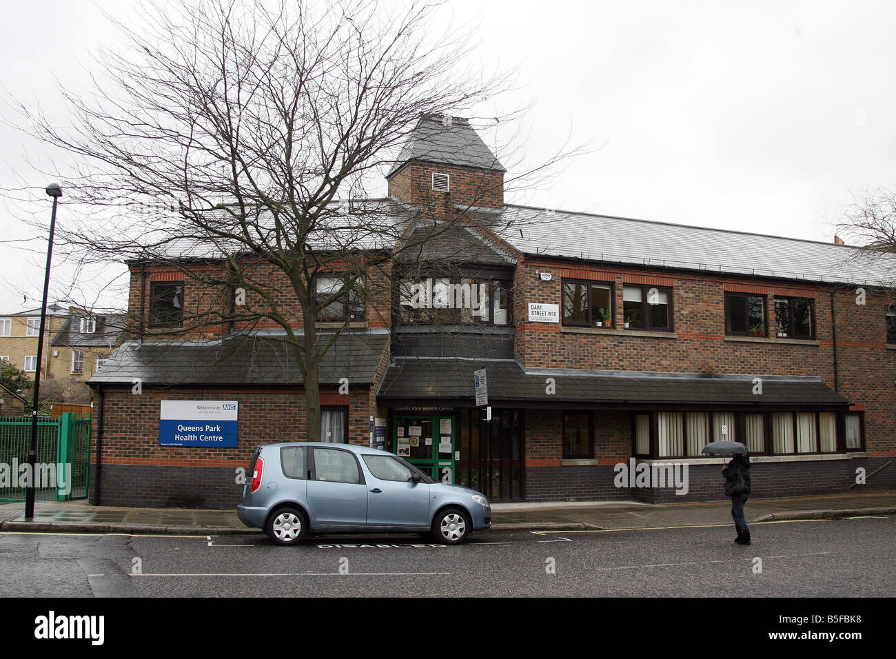 PIC JASON SHILLINGFORD 28 03 08 IN PIC IS THE QUEEN S PARK HEALTH CENTRE WERE A 14 YEAR OLD BOY STAGGERED INTO ON - Stock Image