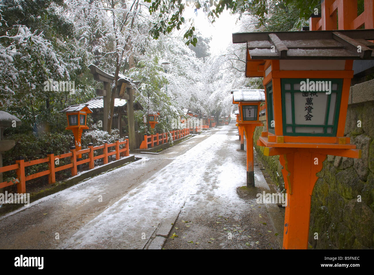 Kyoto City Japan Yasaka Shrine Gion district snowy pathway in falling snow Stock Photo