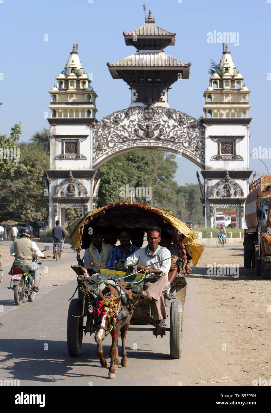 Nepal+India: Gate marks the border between India and Nepal at the nepalese town of Birgunj - Stock Image