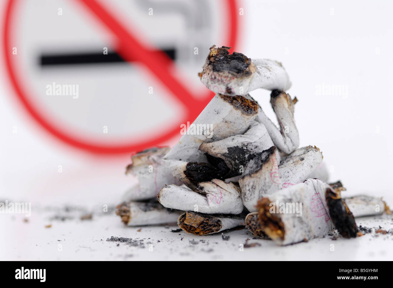 smoking prohibided, cirarettes and a sign for non-smoking - Stock Image