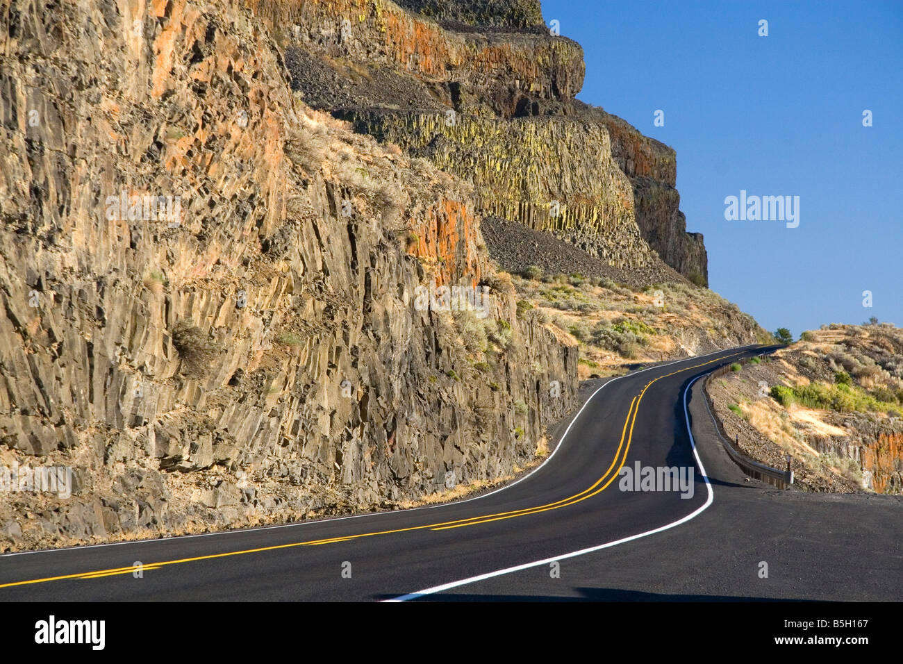 Basalt rock cliffs along the highway near Soap Lake Washington - Stock Image