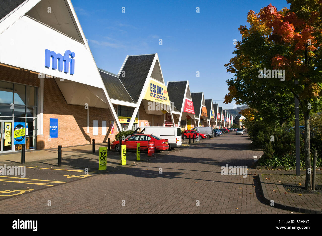 dh Springkerse Retail Park STIRLING STIRLINGSHIRE Shopping mall shops and parked cars outlets - Stock Image