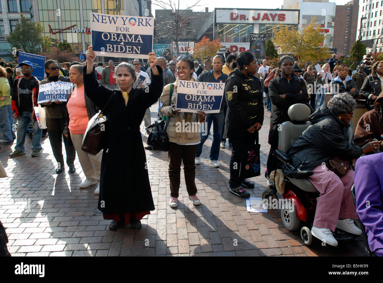 Hundreds of supporters rally in Harlem in support of Democratic candidate Barack Obama Stock Photo