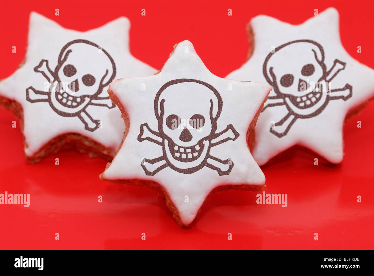 christmas cookies (cinnamon stars) with skulls upon as cinnamon sometimes is conterminated with toxics - Stock Image