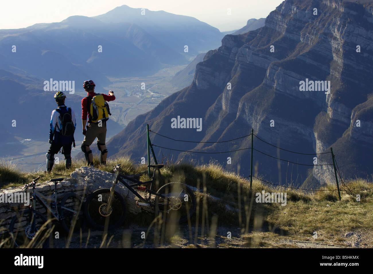 Two mountainbike riders enjoying the sight - Stock Image
