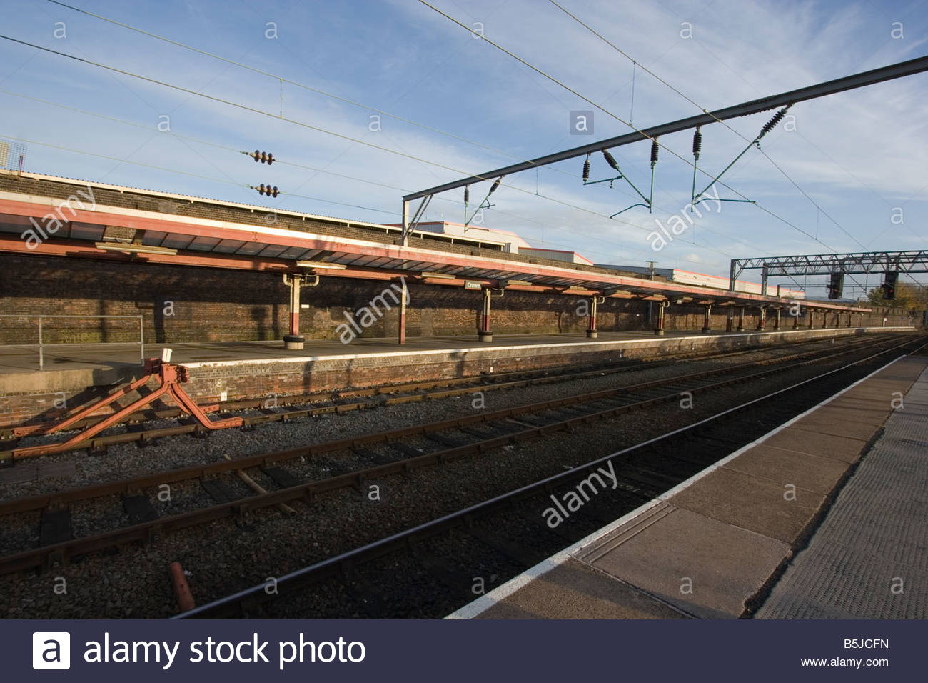 England Crewe railway station Deserted Platforms a major rail interchange and gateway to the North West of England - Stock Image