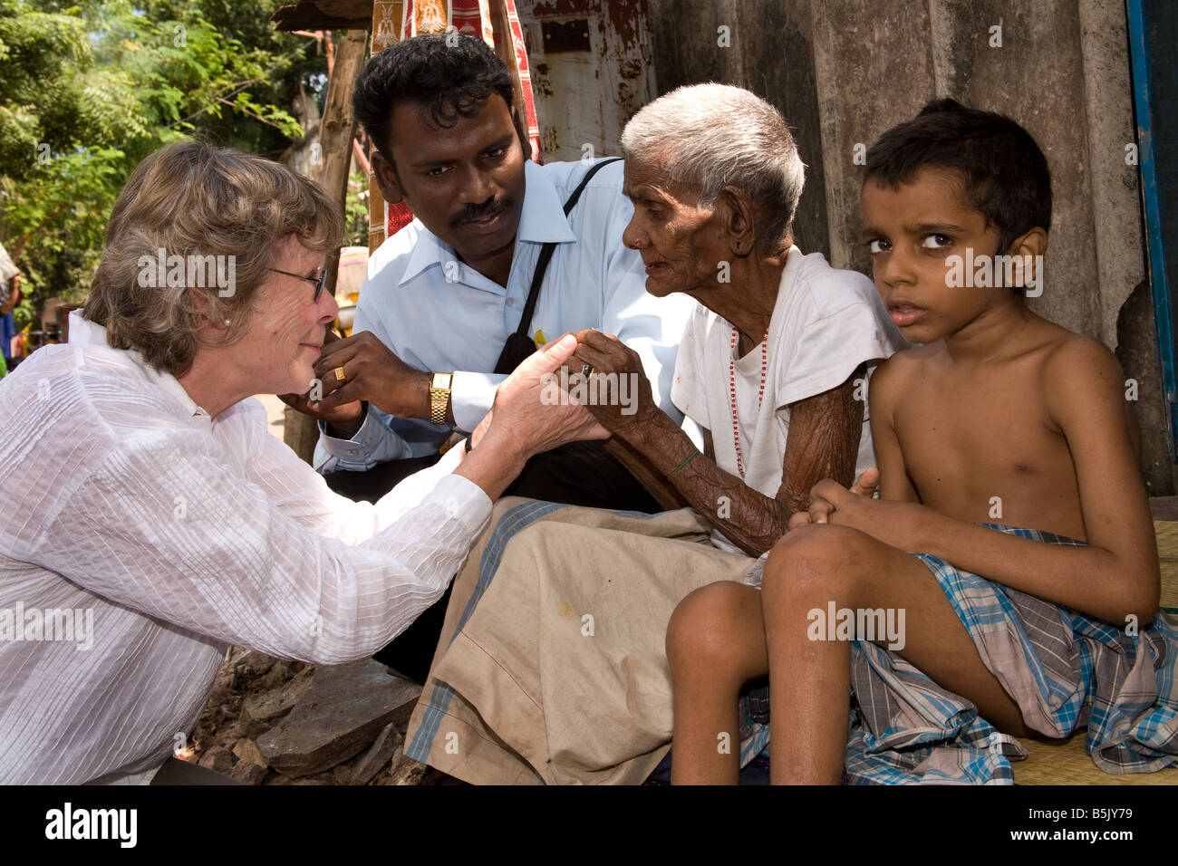 Celebrity Jane Fernley-Whittingstall & HAI social worker Marimthu visit Mrs Mottaiamma 85 who looks after greatgrandson - Stock Image
