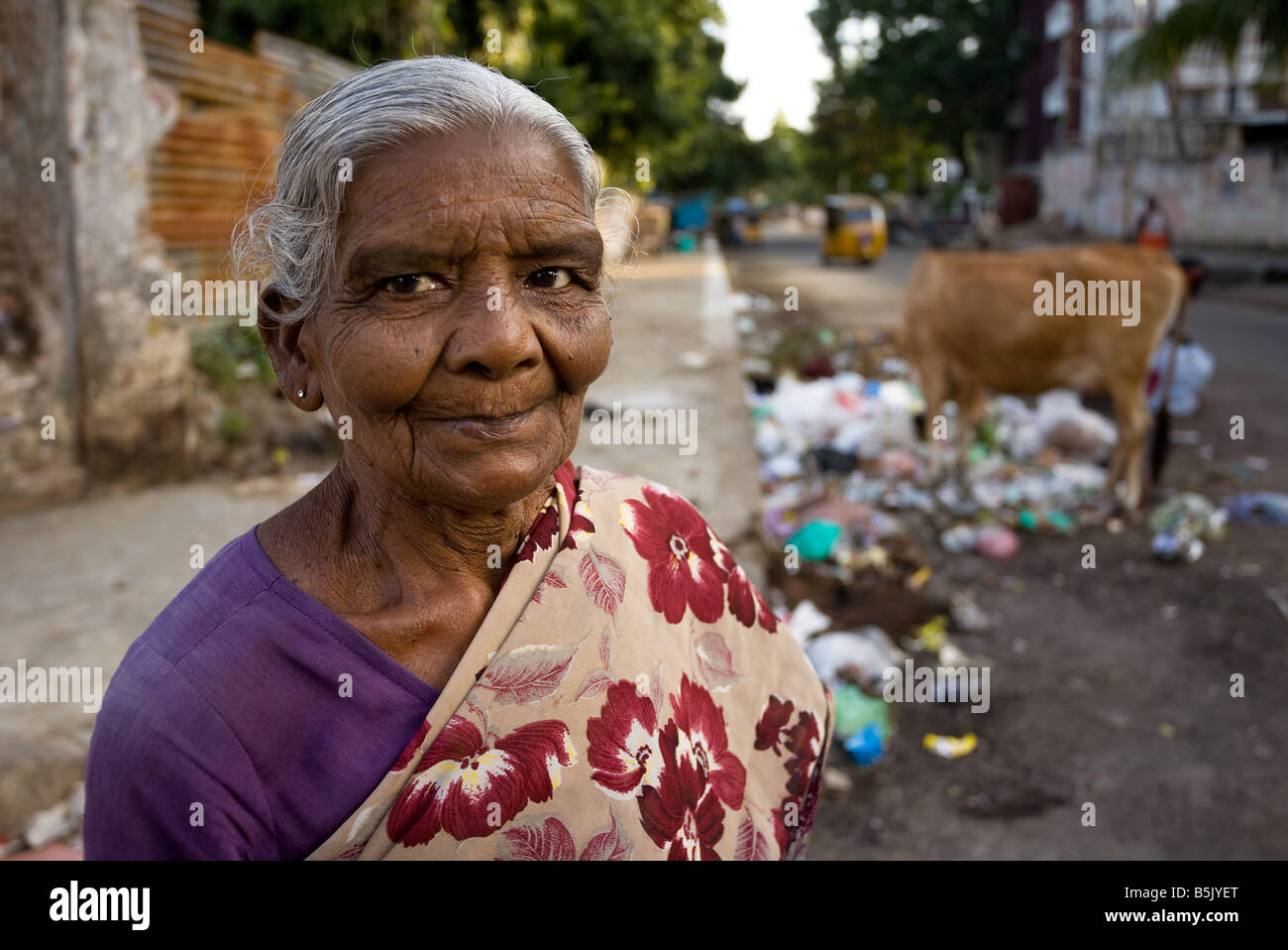 Elderly woman Jaya campaigns against rubbish dumping in street she receives meals-on-wheels from Help-Age-India - Stock Image