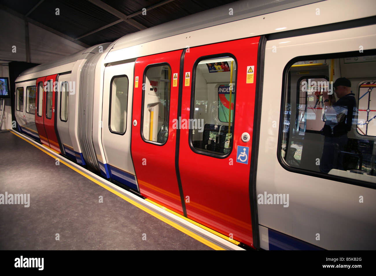New London Tube trains from 2010 will have walk through bendy sections like buses and aircon - Stock Image