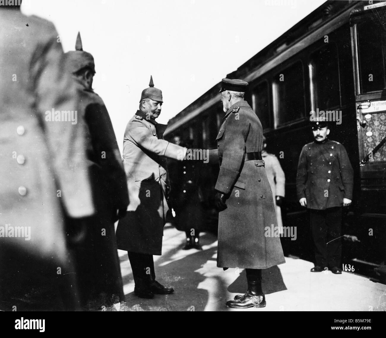 1 H73 F1918 3 Hindenburg greets Prince Heinrich 1918 Hindenburg Paul von Field marshal as of 1925 Reich President - Stock Image