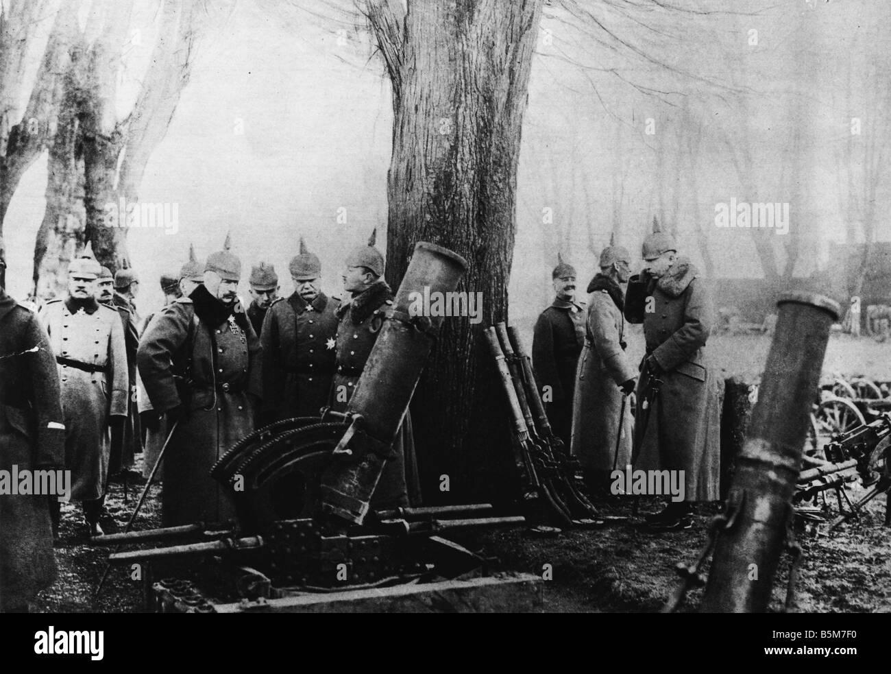 1 W46 F1917 26 E Wilhelm II inspects war loot c 1917 Wilhelm II German emperor 1888 1918 1859 1941 During World - Stock Image