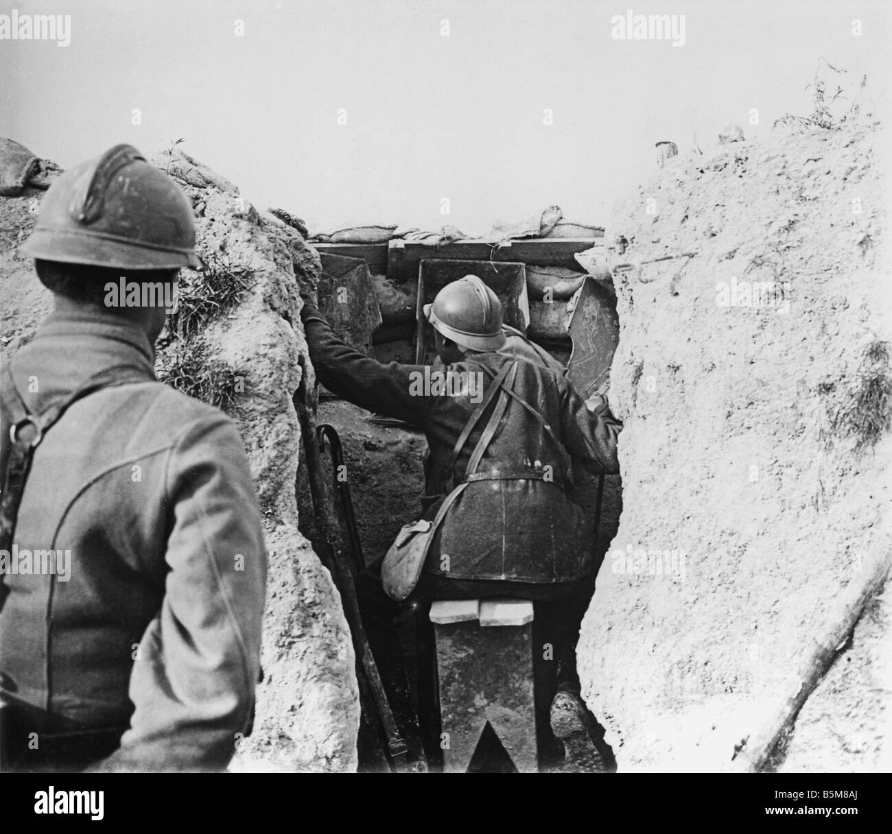 2 G55 F1 1915 15 E French soldiers in trench WWI History World War I France Trench warfware French infantry at an - Stock Image