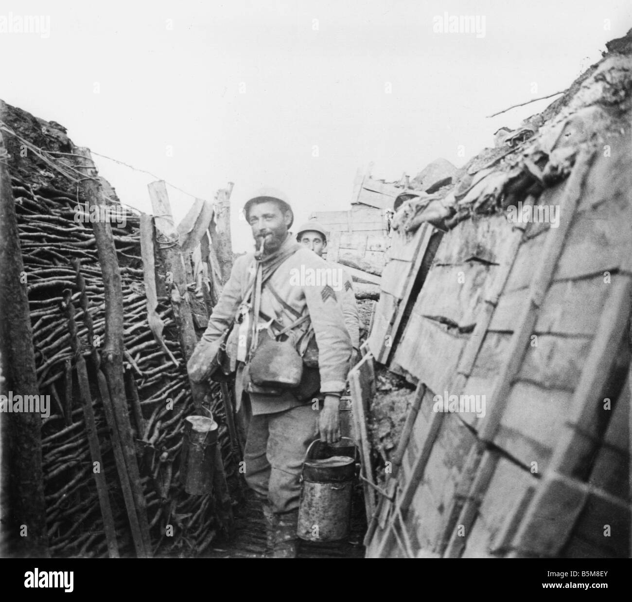 2 G55 F1 1917 10 E WW1 French Army Cooking Duty Photo History World War One France French soldiers on cooking duty - Stock Image
