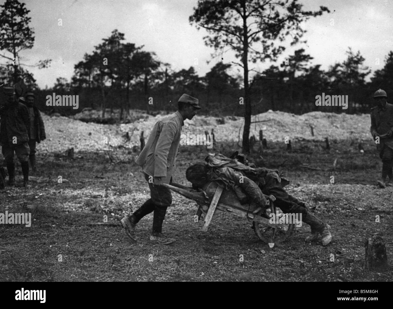 2 G55 F1 1917 9 WWI Recovery of Soldier killed in act History WWI France Trench Warfare Recovery of a German Soldier - Stock Image