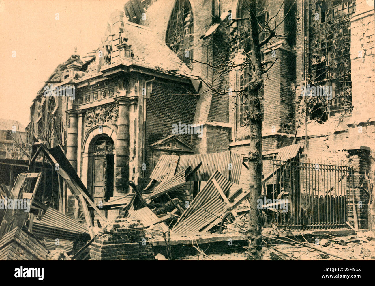 2 G55 F1 1918 17 WW1 Bailleul Cathedral History World War One France The Cathedrale at Bailleul under English fire - Stock Image