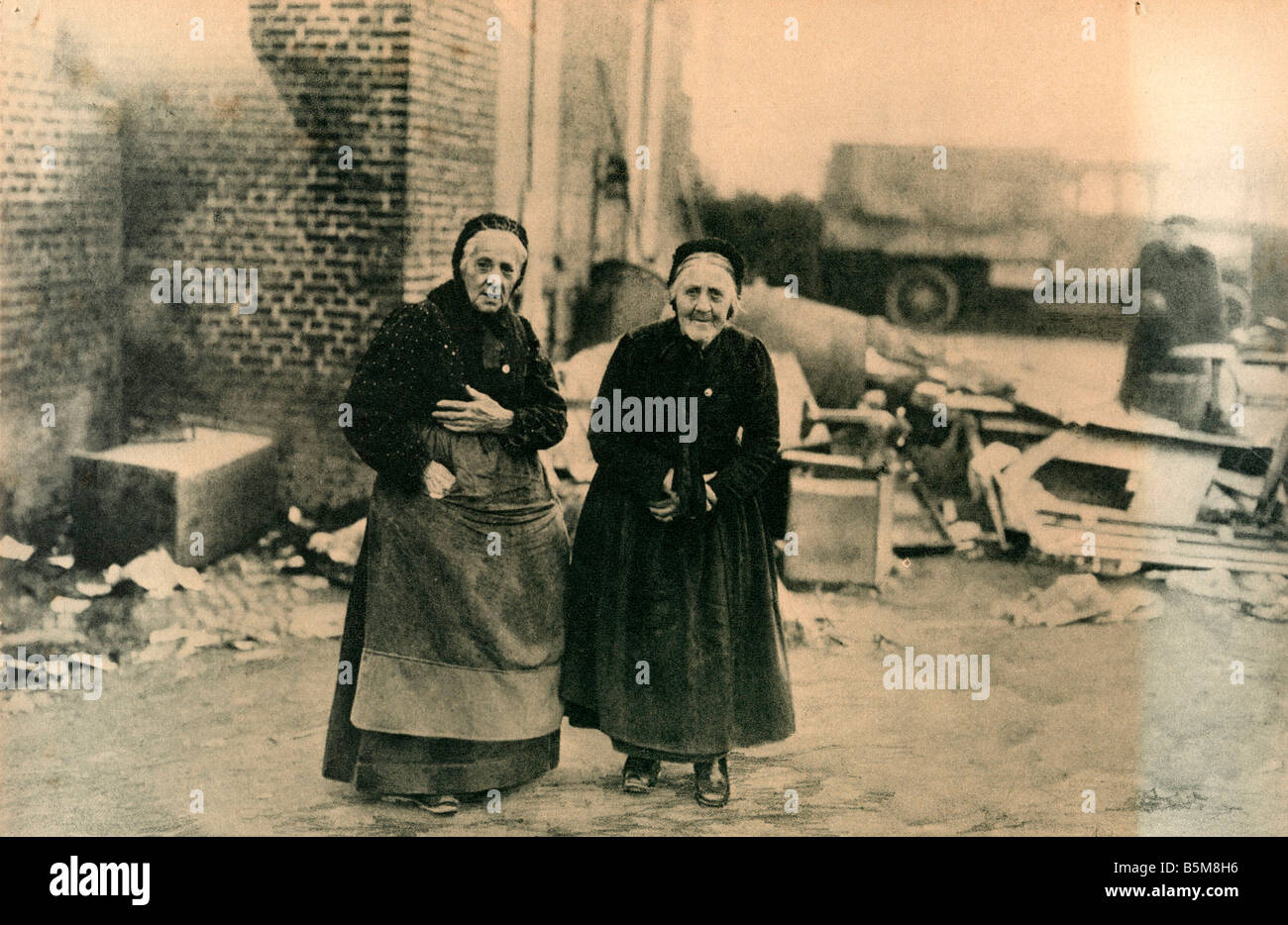2 G55 F1 1918 18 E WW1 Bailleul Civilians Photo History World War One France Aged residents in destroyed Bailleul - Stock Image
