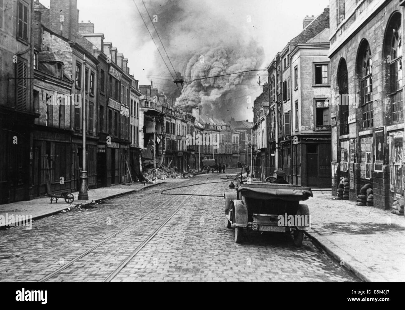 2 G55 F1 1918 9 Bombardment of Amiens WWI 1918 History World War I France Battle of Amiens March April 1918 A fire - Stock Image
