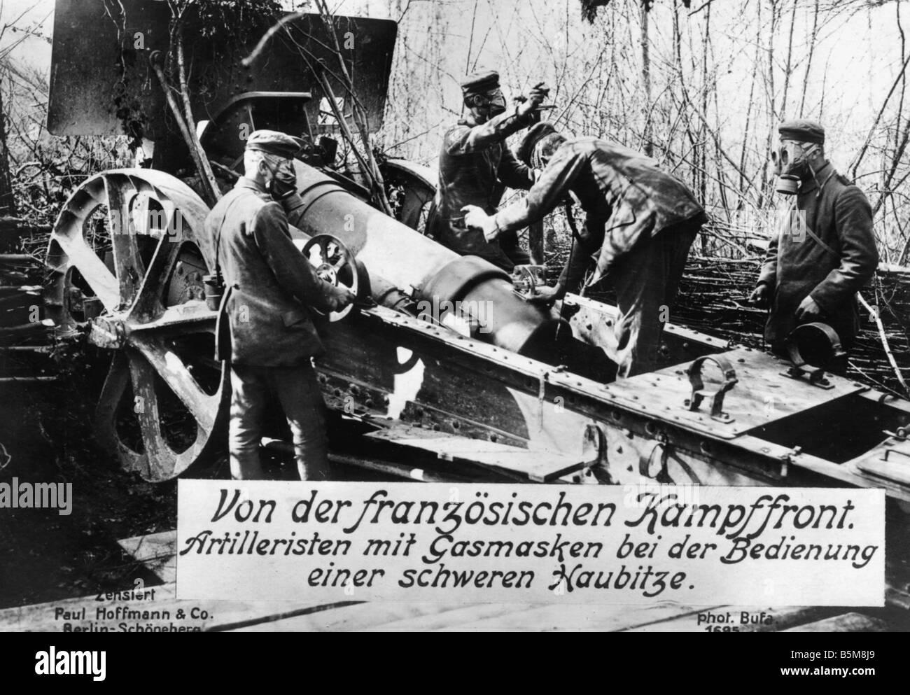 2 G55 G1 1914 German howitzer World War I History World War I Gas war German artillerymen with gasmasks load a heavy - Stock Image