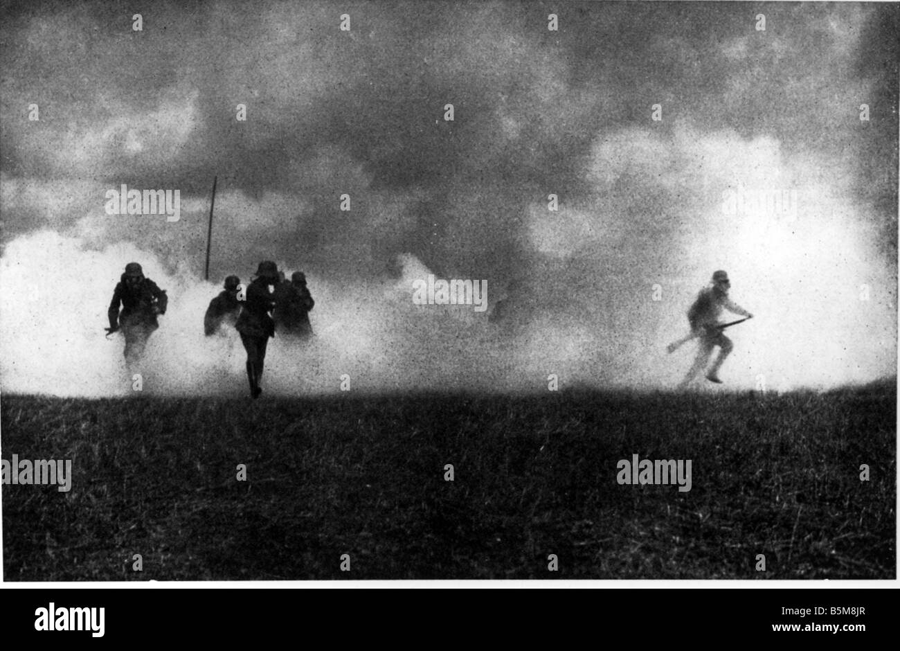 2 G55 G1 1915 Gas attack on Eastern Front WWI 1915 History World War I Gas war German soldiers after an enemy gas - Stock Image