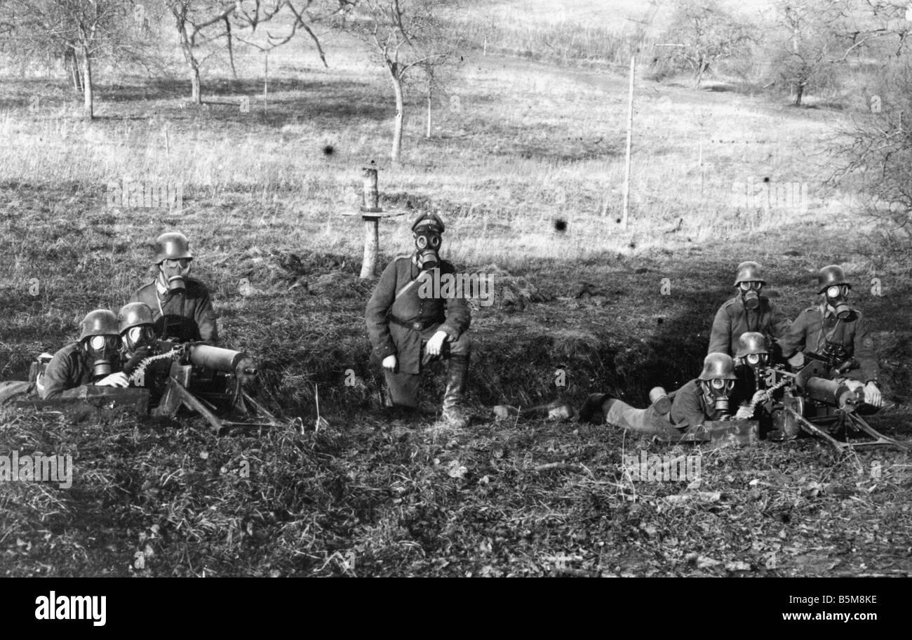 2 G55 G1 1917 2 German Machine Gunners with gasmasks 17 History WWI Gas Attacks German machine gunners with gasmasks - Stock Image
