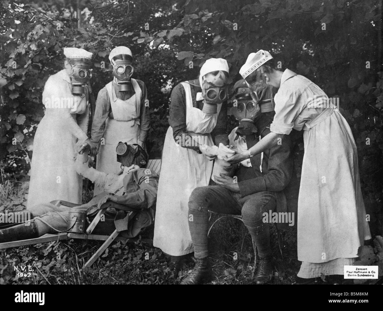2 G55 G1 1917 4 WW1 First Aid after gas attack Photo History World War One Gas attacks On the Western Front Nurses - Stock Image