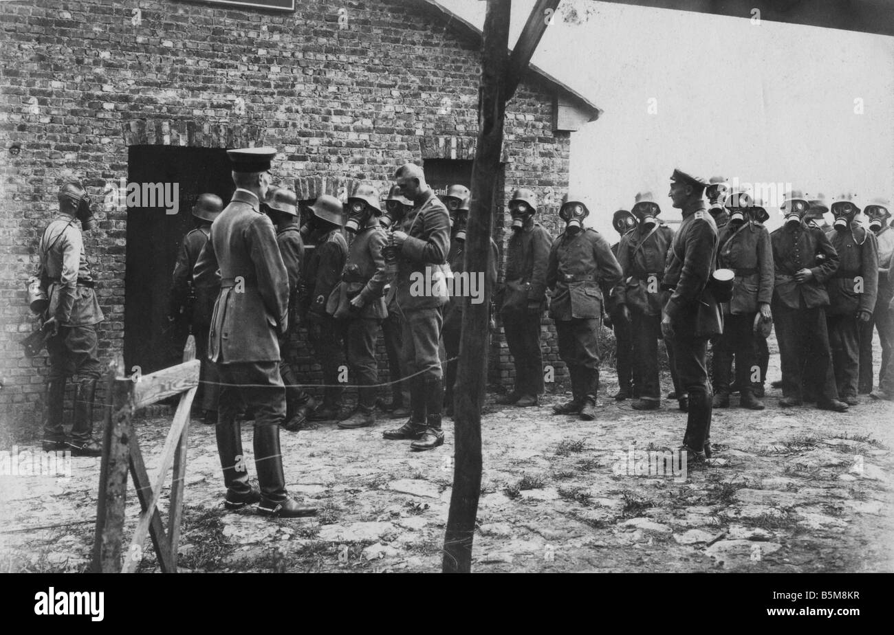 2 G55 G1 1917 6 WWI German army Gas mask test Photo History WWI Gas warfare German army Western Front queuing up - Stock Image