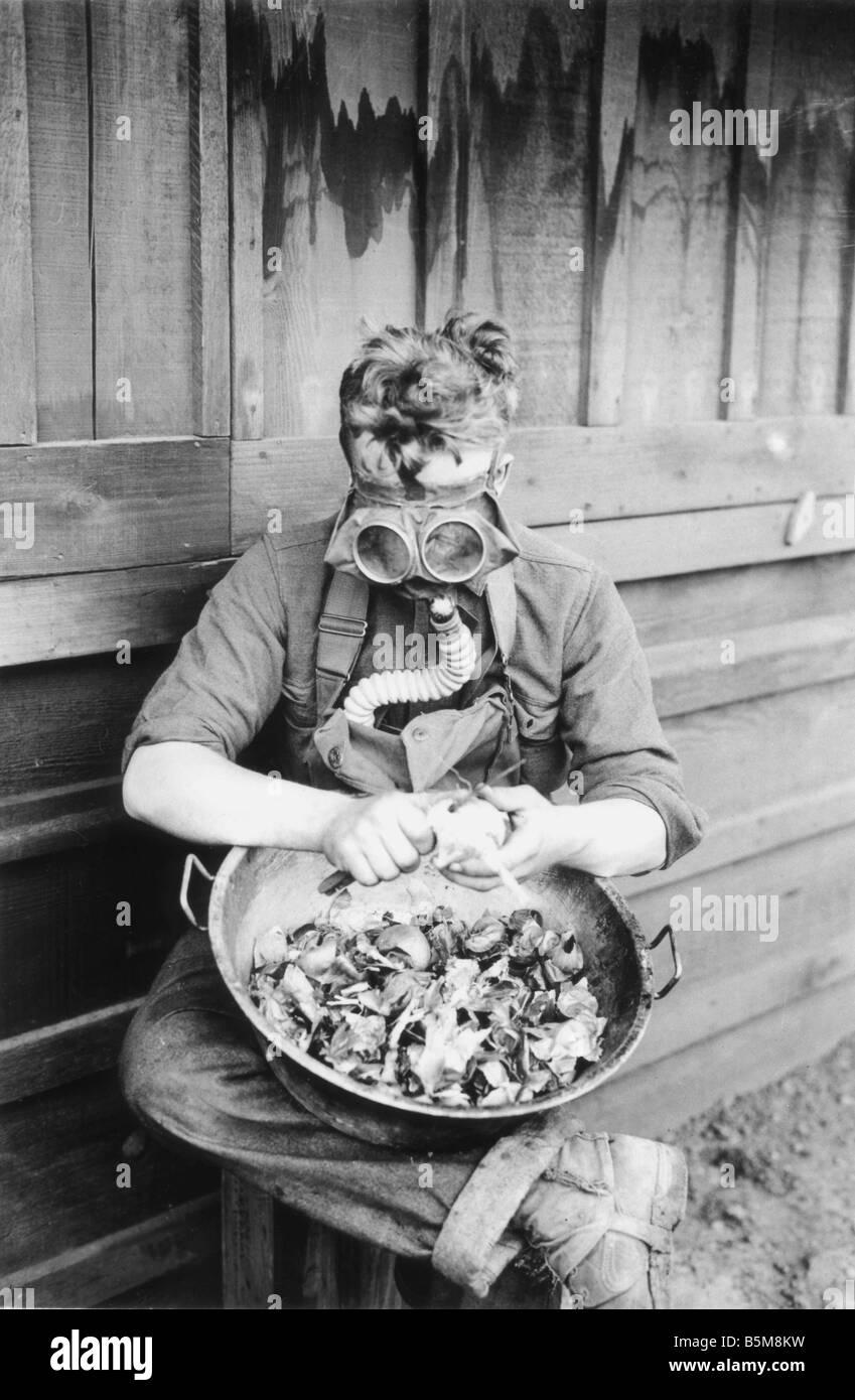 2 G55 G1 1918 1 E US soldier with gasmask World War One History World War One Gas war A US soldier tests his gasmask - Stock Image