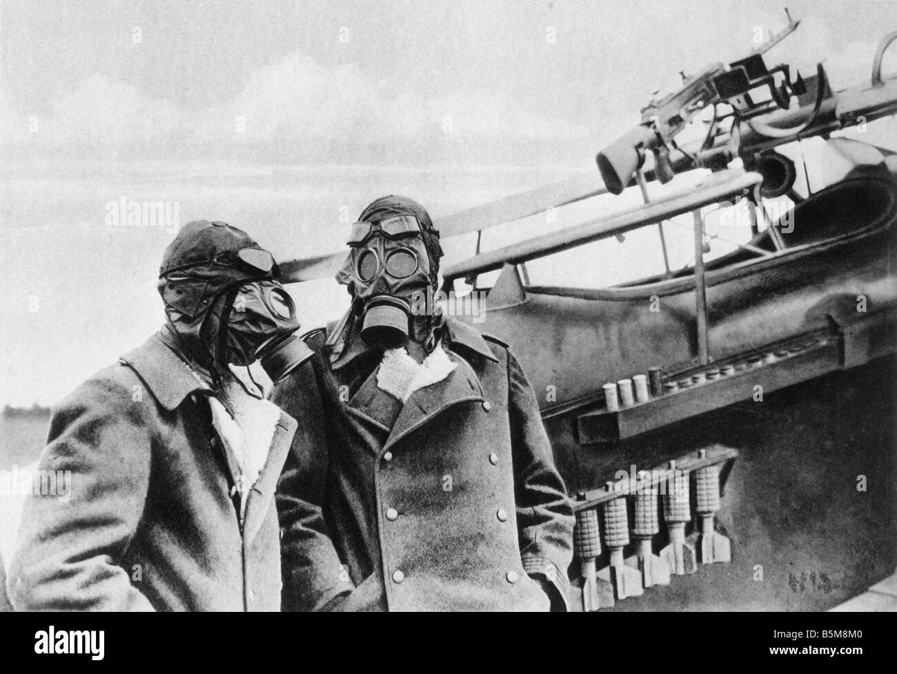 2 G55 G1 1918 E German Plane Crew with Gasmasks Photo History WWI Gas War Western Front Crew of a Battle Plane with - Stock Image