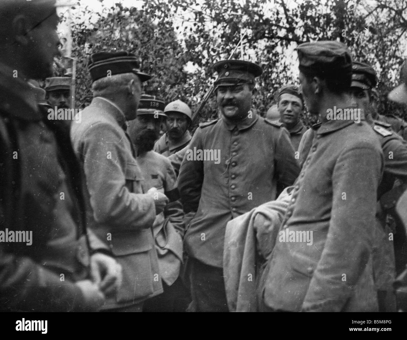 2 G55 K1 1915 13 German POWs questioned WWI 1915 History World War I Prisoners of war German soldiers are interrogated - Stock Image