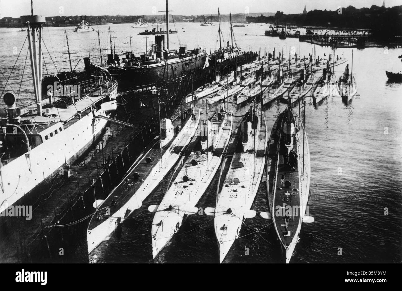 2 G55 M1 1914 12 E German U Boats in harbour WWI 1914 History World War I War at sea Germany s U Boats 1914 Photo - Stock Image