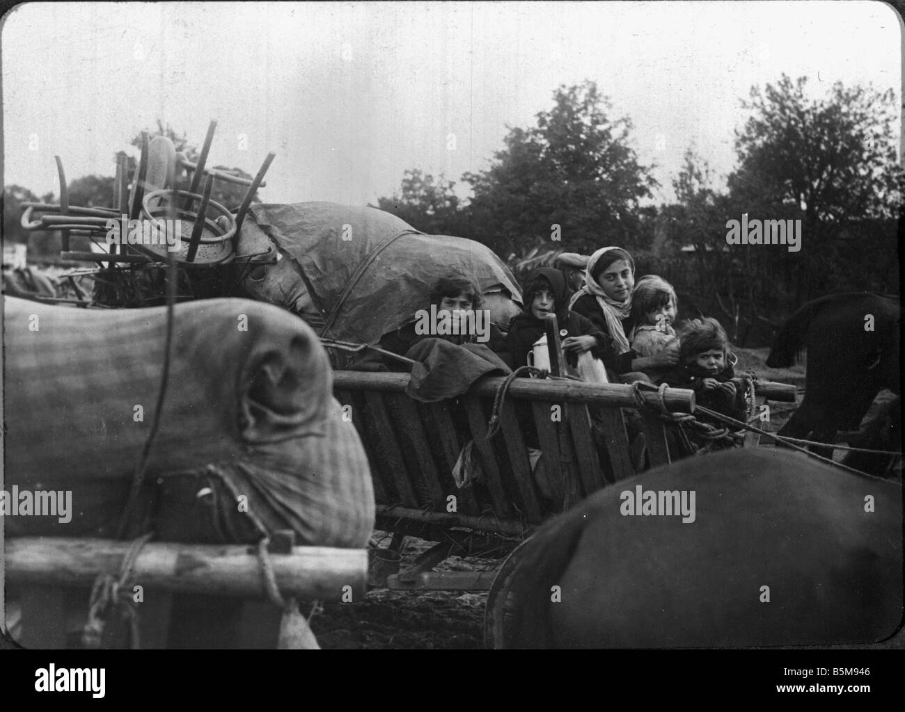 2 G55 O1 1916 20 E Refugee family Lithuania WWI c 1916 History World War I Eastern Front A refugee family on a cart - Stock Image