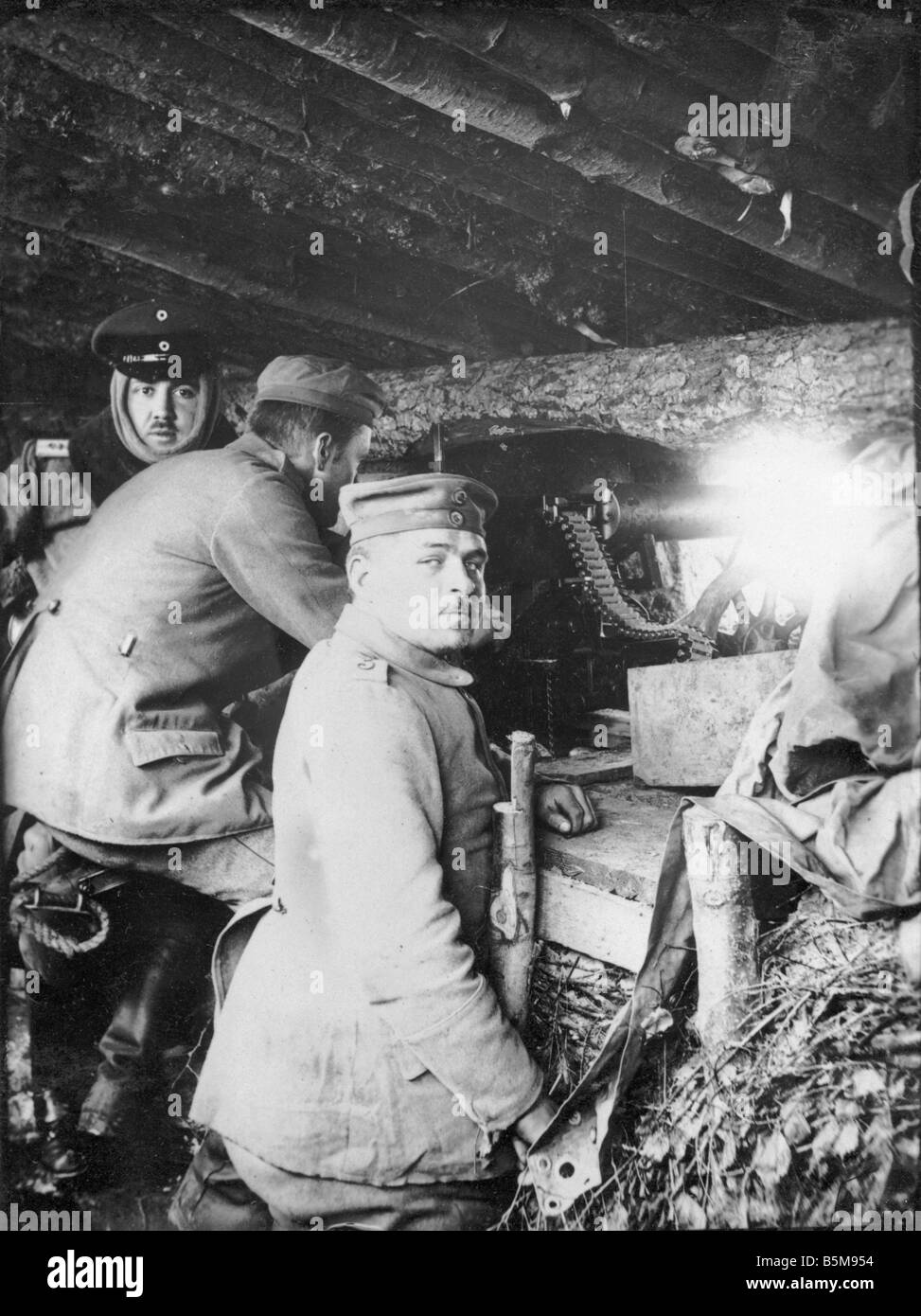 2 G55 O1 1916 35 German gun shelter Eastern Front 1916 History World War I Eastern Front A German machine gun position - Stock Image