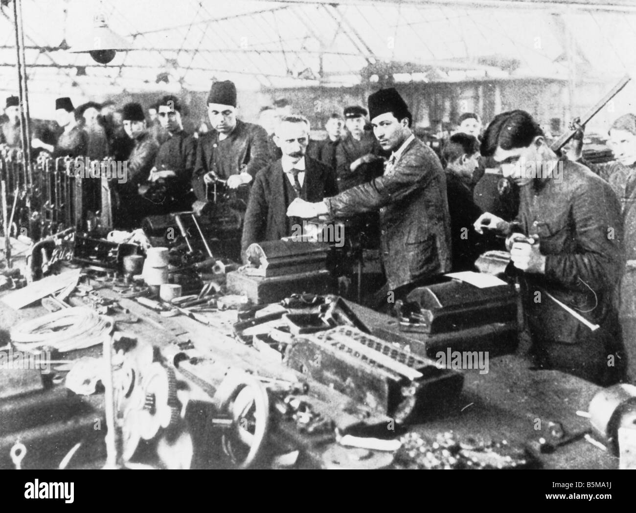 2 G111 G1 1917 E Turkish factory workers Berlin 1917 Work Gastarbeiters Turkish workers at the AEG transformer plant - Stock Image