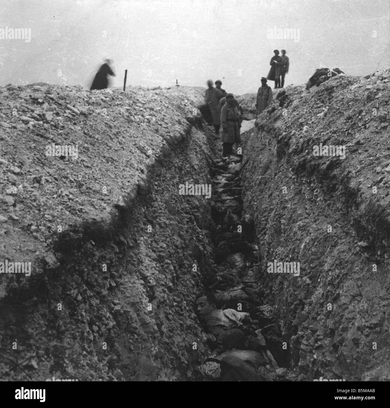 2 G55 W1 1915 20 E Dead German soldiers in trench 1915 History World War I Western Front Dead German soldiers in - Stock Image