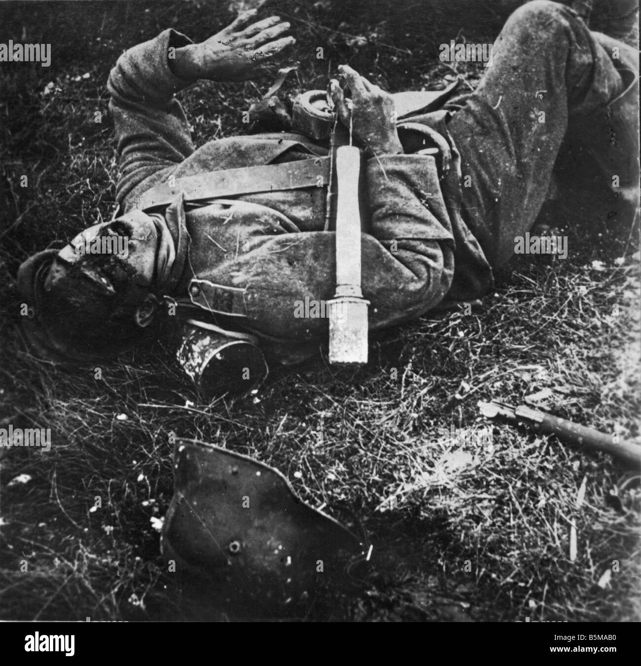 2 G55 W1 1915 7 E German soldier killed in action WWI History WWI Western Front German soldier killed in action - Stock Image
