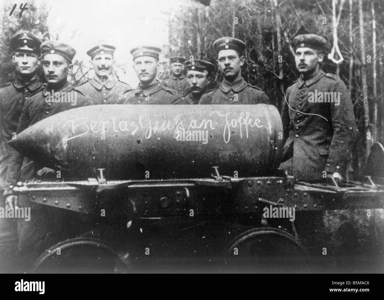 2 G55 W1 1916 30 WWI Ger artillery troops with shell 1916 History World War I Western Front German artillery troops - Stock Image