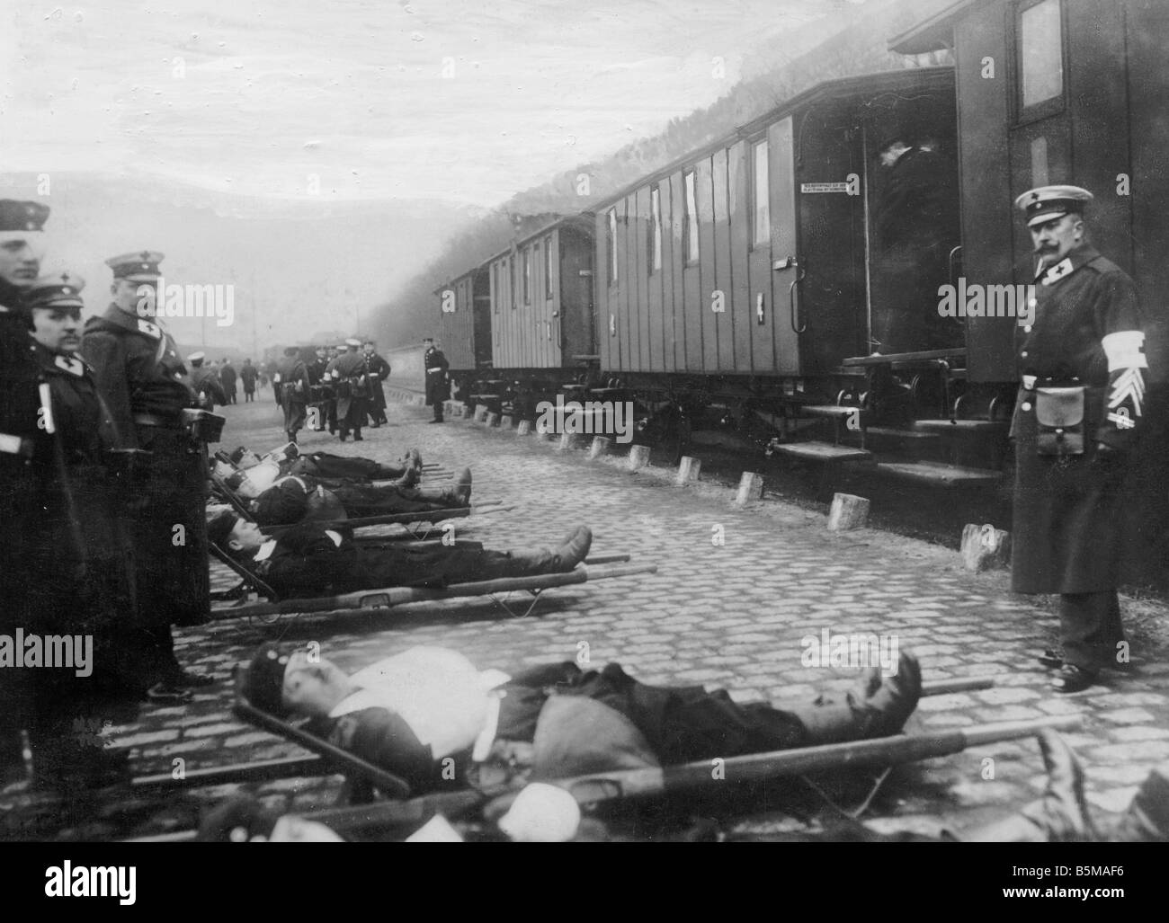 2 G55 W1 1918 21 Transport of German wounded WWI 1918 History World War I Western Front Transport of wounded German - Stock Image