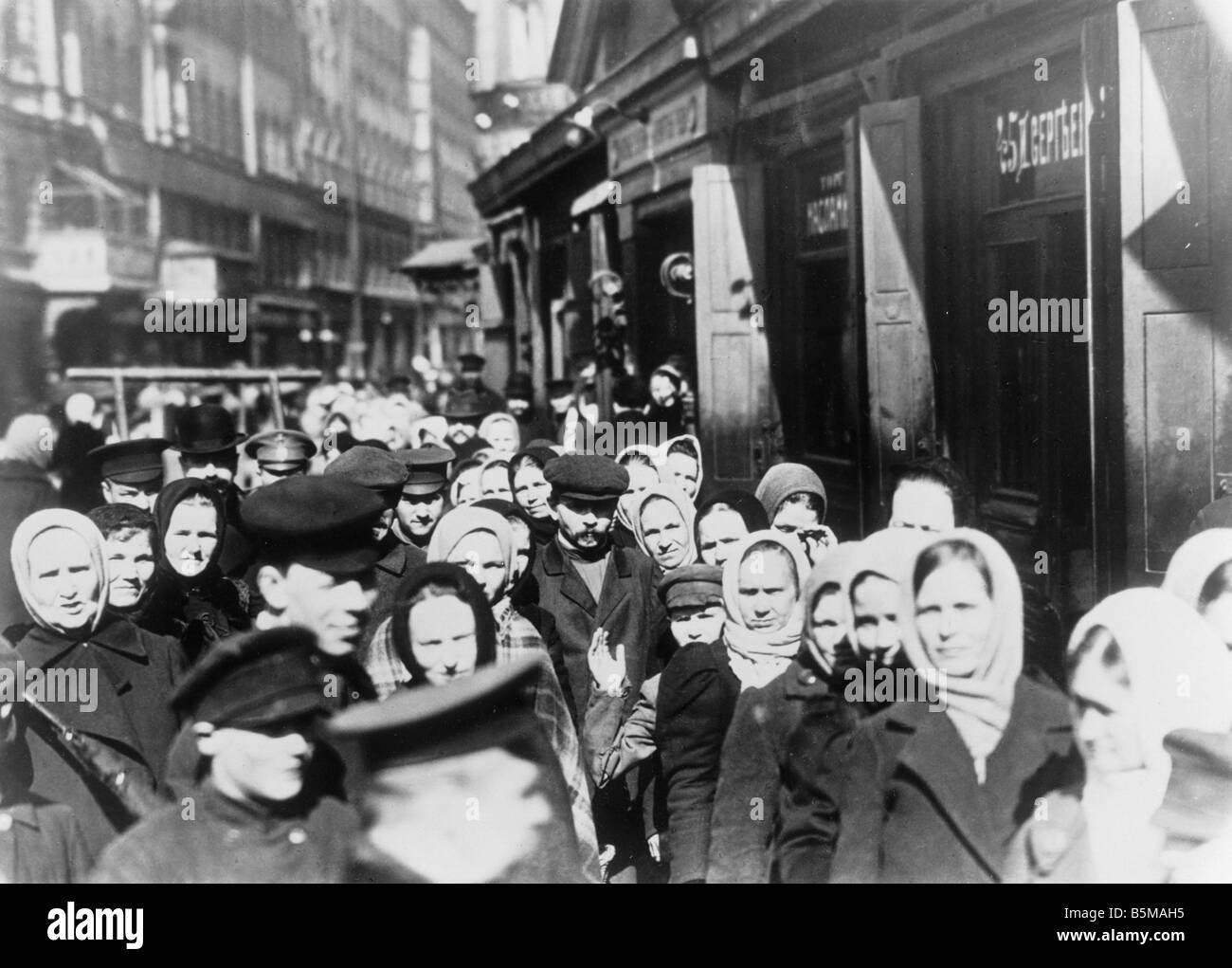 Food queues Russia World War I 1914 History World War I War economies Russia Queues outside a food shop Photo 1914 - Stock Image