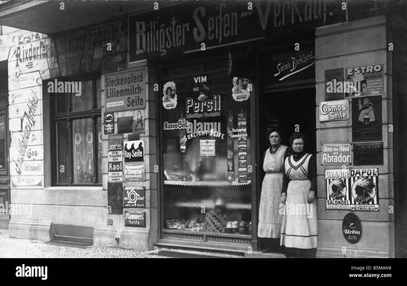 2 H10 D1 1915 Proprietor in front of shop 1915 Tradel Chemist Proprietor and employee of a Berlin soap and washing - Stock Image