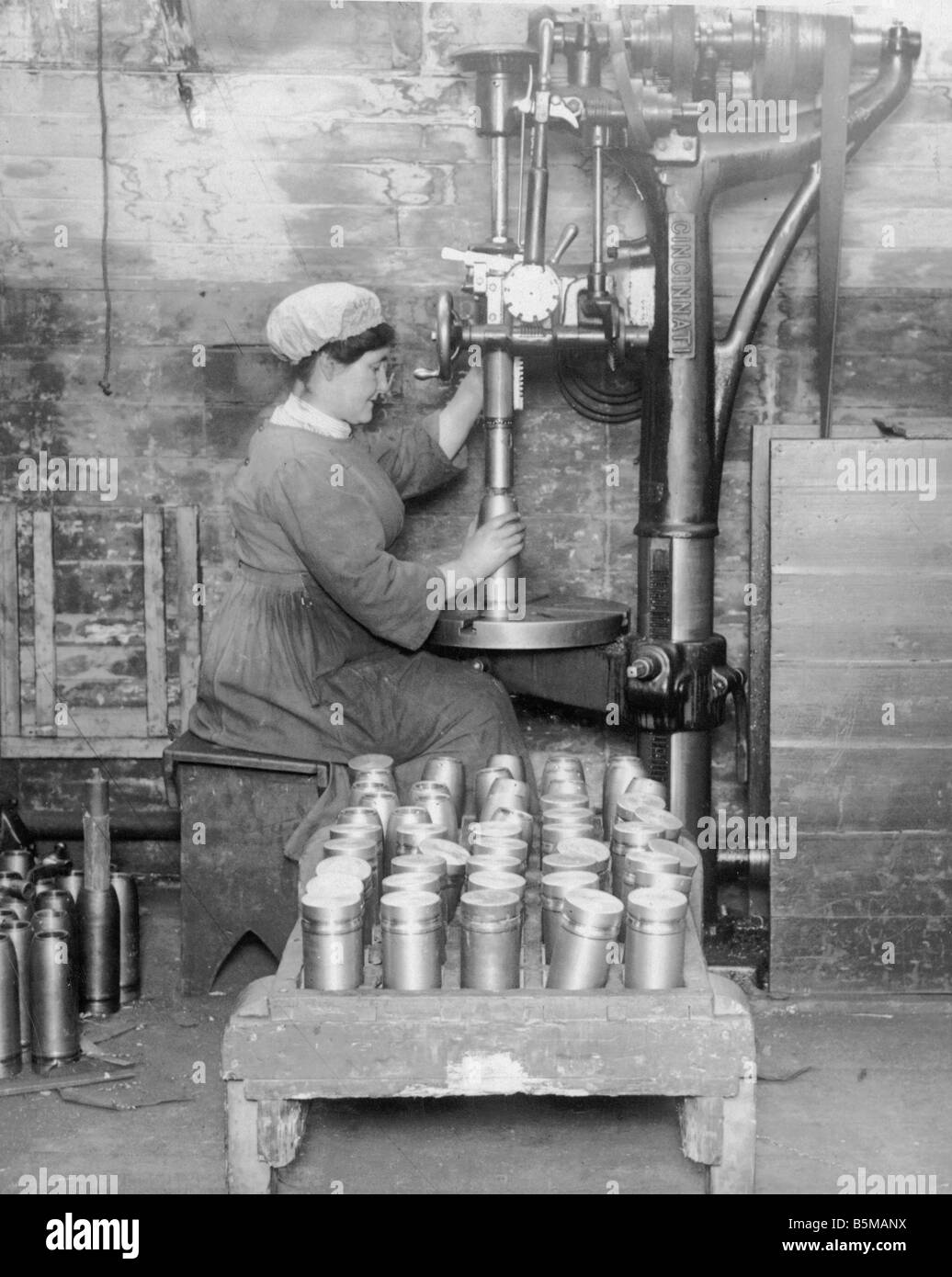 2 M146 R1 1917 Woman making ammunition in Scotland 1917 Women at work Armaments industry Employment of British women - Stock Image