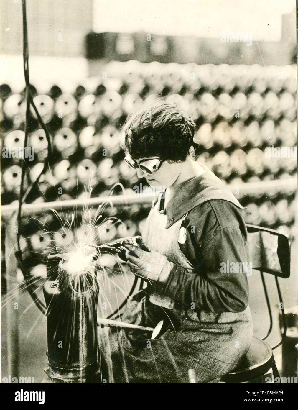 2 M146 R1 1918 B USA Female worker welding 1918 Women at work Armaments industry USA Female worker welding the shell - Stock Image