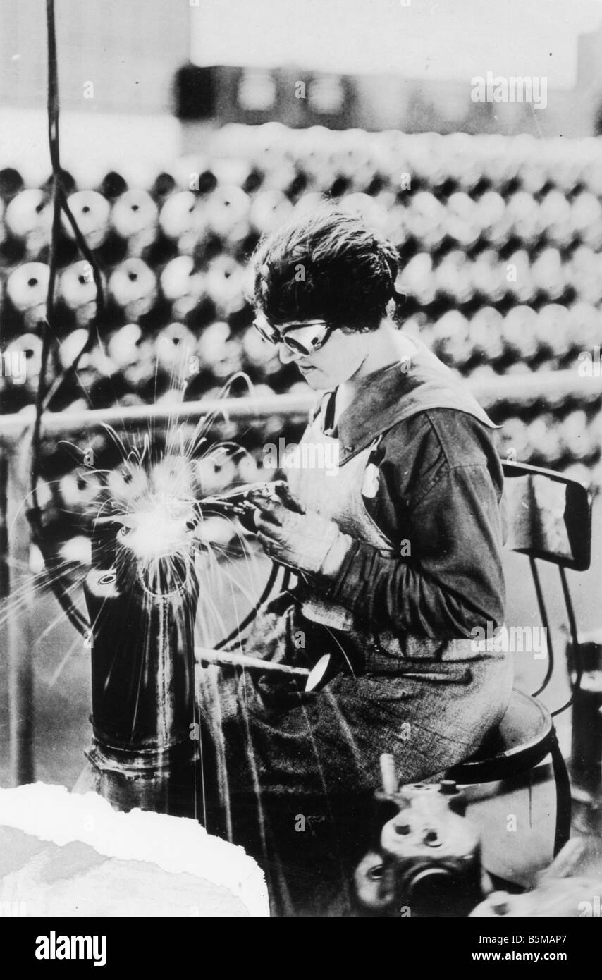 2 M146 R1 1918 USA Female worker welding 1918 Women at work Armaments industry USA Female worker welding the shell - Stock Image